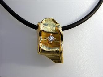 Anhänger, 750/- Gold mit Brillant 0,25ct an Kautschukband.