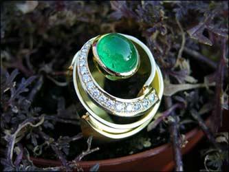 Ring 750/- Gold mit einem Smaragdcabochon und Brillanten.
