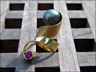Ring 750/- Gold mit großer Tahitiperle und einem Turmalin.