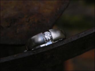 Massiver Ring 950/- Platin mit einem Halbkaräter W si