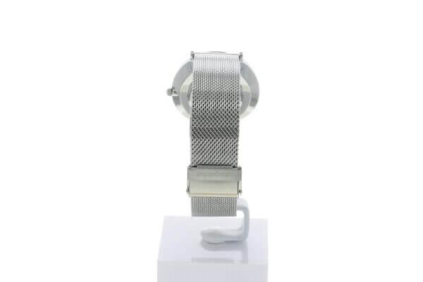 Hagen Uhr HagenUhr36MB in Edelstahloptik in 36mm Durchmesser mit Milanese Armband - Von unten, so das man die Schliße sehr gut sehen kann