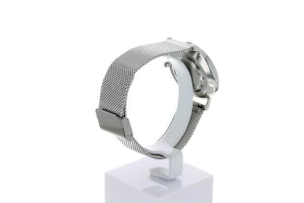 Hagen Uhr HagenUhr36MB in Edelstahloptik in 36mm Durchmesser mit Milanese Armband - Ansicht von Hinten links - Gut zu sehen ist der Verschluß und das Uhrengehäuse