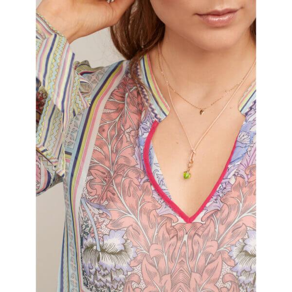 Tamara Comolli - MIKADO FLAMENCO Anhänger in Roségold mit grünem Peridot besetzt - Am Hals getragen