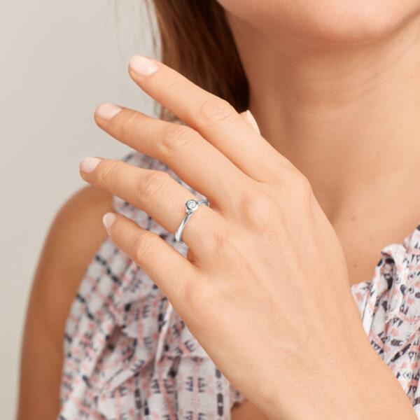Tamara Comolli Bouton Ring in Weißgold mit Brillant besetzt - Am Ringfinger getragen 3