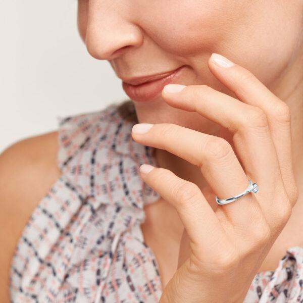 Tamara Comolli Bouton Ring in Weißgold mit Brillant besetzt - Am Ringfinger getragen 2