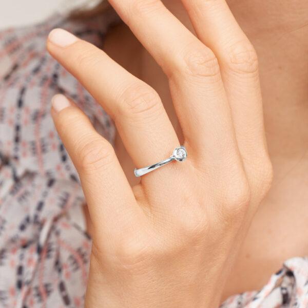 Tamara Comolli Bouton Ring in Weißgold mit Brillant besetzt - Am Ringfinger getragen
